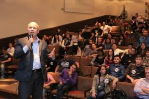 Durante sua apresentação, Joel Maciel relatou alguns aspectos da evolução histórica da educação até os dias atuais.