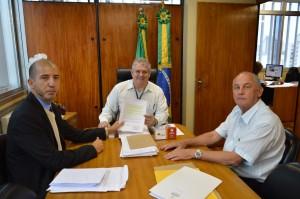 João Alberto Machado, presidente da FUG/RS (C), e o vereador Régis (E), firmaram parceria na manhã desta quarta-feira, 23.