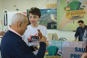 João Pedro com o professor Paulo Baía.