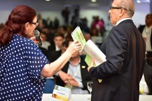 O vice-presidente e a gerente do Programa de Formação Política durante o lançamento do novo curso.