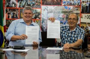 João Alberto (E) e Antenor Ferrari durante a assinatura do termo.