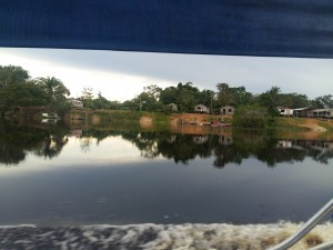 Viagem de barco até a comunidade de Itaquera.