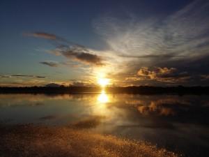 Depois de um intenso dia de trabalho, vem a recompensa: o pôr do sol no Rio Branco.
